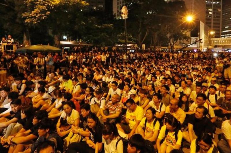 香港七一遊行,群眾入夜靜坐。(美聯社)
