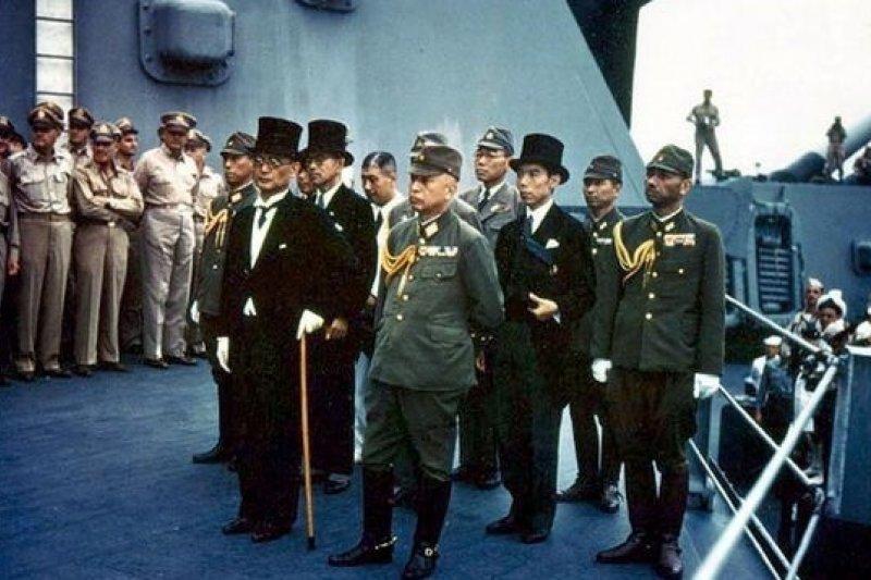 1945年9月2日在東京灣美國戰艦密蘇里號上簽署降書的日本代表。(取自維基百科)