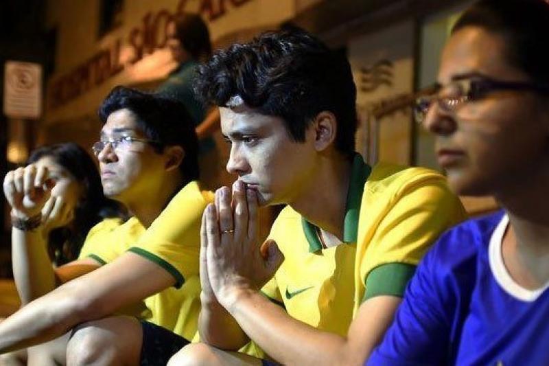部分巴西球迷在Sao Carlos醫院外等候內馬爾傷情結果(CFP 供圖/取自騰訊大家網)