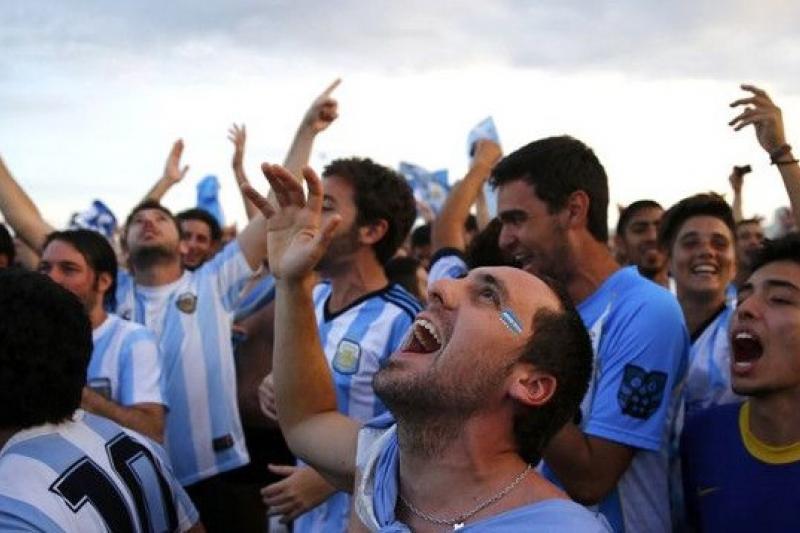 里約熱內盧,2014巴西世界盃半決賽,荷蘭Vs阿根廷,阿根廷球迷聚集里約海灘觀戰。(CFP供圖/騰訊大家網)