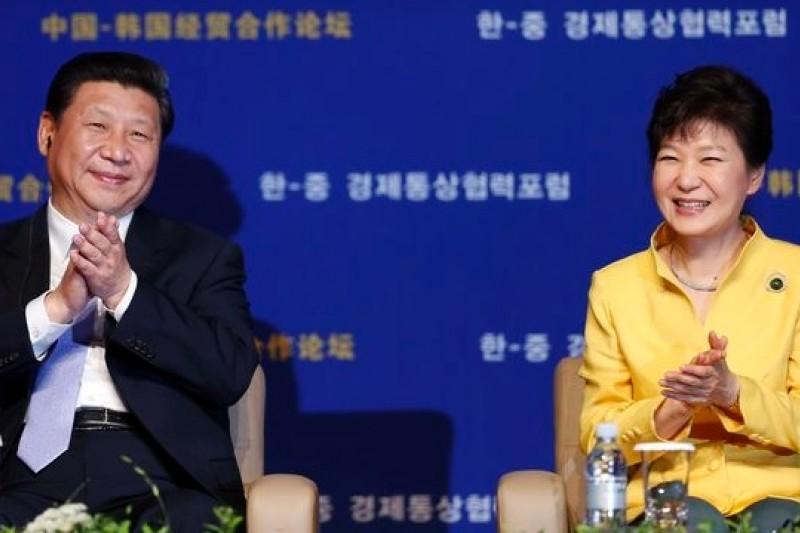 習近平(左)訪問韓國與朴謹惠(右)會面後,中韓FTA談判進入最後一哩,台灣已不可能領先韓國了。(美聯社)