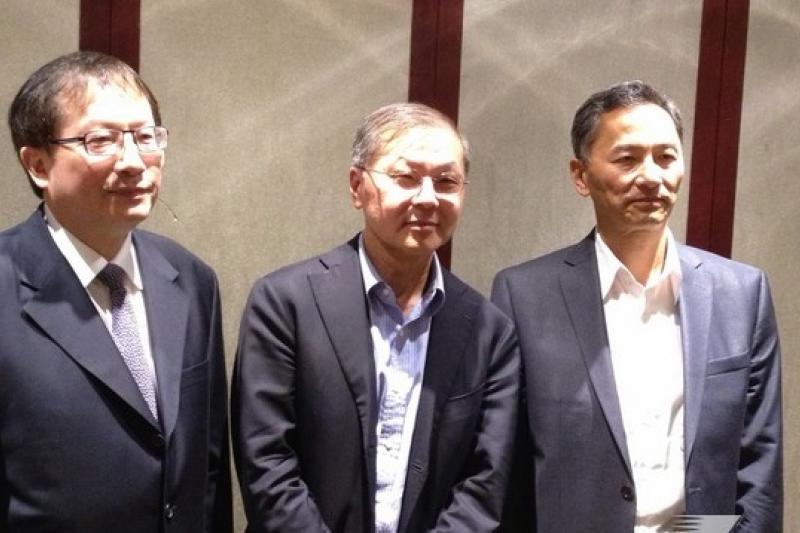 台灣生技業的成長,算是還給宇昌案四位科學家一個公道。圖為同為宇昌創辦人的陳良博(由左到右)、何大一、張念原。(姚惠珍攝)