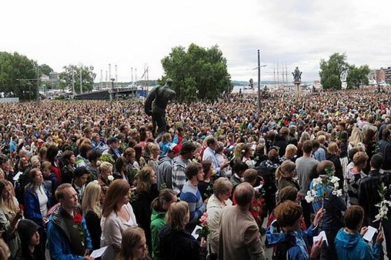 722事件發生後,20萬人在奧斯陸聚集哀悼。(取自維基百科)