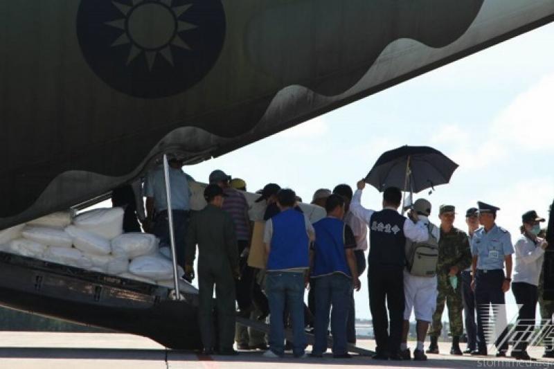 25日下午,國軍C-130專機運送7名澎湖空難罹難者遺體返回高雄小港機場。(葉信菉攝)