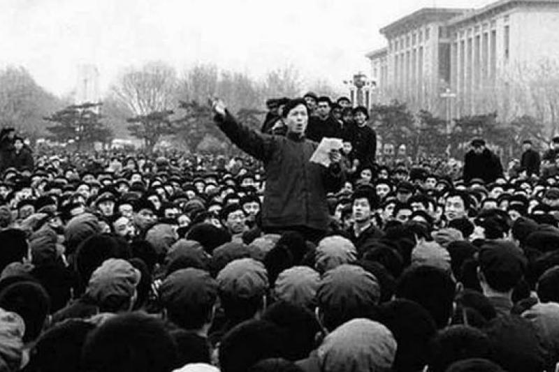 1976年清明節,群眾齊聚天安門悼念周恩來,幾天後四人幫倒台,那個特殊歷史時點下的中國,「敵對勢力」曾經意指「反民主」的專制作為。(資料照,作者提供)
