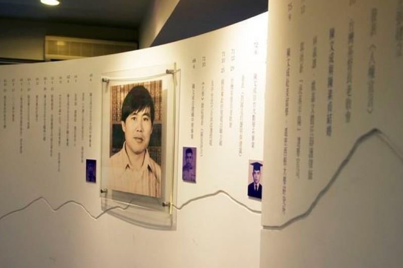 中國流亡作家余杰新著《在那明亮的地方》書寫台灣民主地圖,特別走訪陳文成紀念室。(時報出版提供)