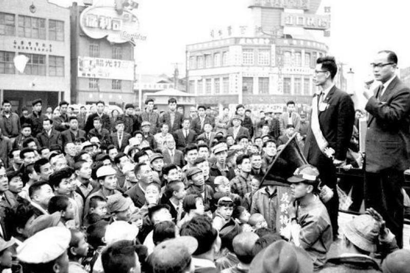 57年前,以無黨籍身份參選台北市長的高玉樹於競選辦事處前發表落選感言,他說:「我不要不光榮的勝利,我要光榮的失敗。」(圖為高玉樹於競選總部為議員候選人站台資料照,作者提供)