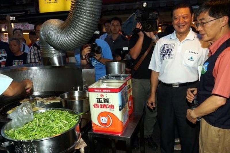 餿水油事件一周後,環保署長魏國彥返台才馬不停蹄視查夜市。(蘇仲泓攝)