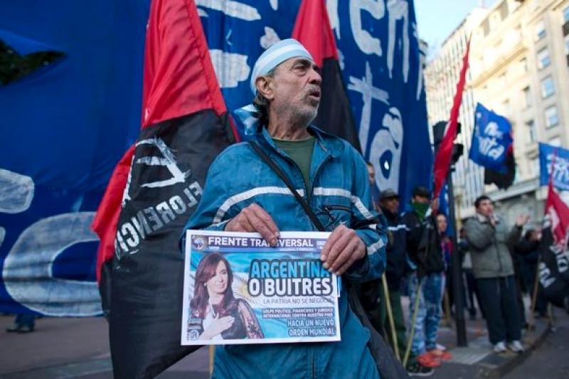 阿根廷再度爆發倒債危機,民眾上街力挺女總統費南德斯與討債的「禿鷹」門法。(美聯社)