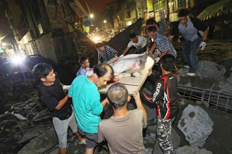 昨晚高雄市苓雅區及前鎮區疑似不明氣體外洩引發爆炸,造成路面 坍塌及人員傷亡。(美聯社)