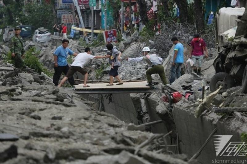 中央災害應變中心下午表示,最新統計死亡人數為25死257傷,高雄市消防局主任秘書林基澤、瑞隆分隊小隊長劉耀文,於災害現場失聯,至今尚未聯繫上。(余志偉攝)
