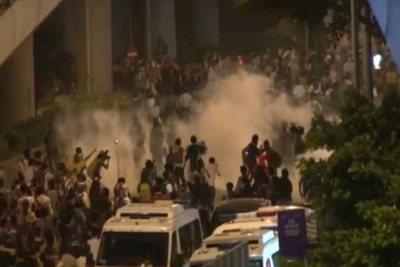 香港爭普選未果,港民提早啟動佔中,引爆大規模街頭運動,港警數度人催淚彈驅散不肯退去的人群。(截取自直播畫面)