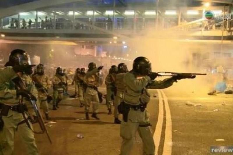 香港佔中爭普選提前,也引爆警民對峙,港警數度以催淚彈壓制抗爭群眾,甚至槍口相向。(取自網路畫面)