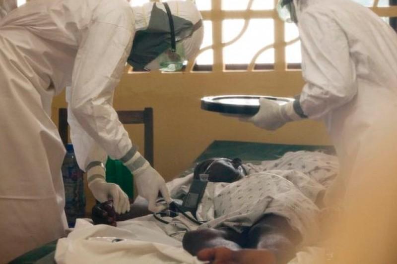 賴比瑞亞首都蒙羅維亞的伊波拉病患與醫護人員(美聯社)