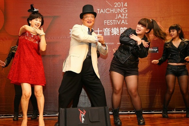 忙著拚連任,台中市長胡志強還要親上舞台,推銷已有口碑的爵士音樂節,不過,當他知道選委會要求對手林佳龍修改公報政見,大概笑不出來。(胡志強臉書)