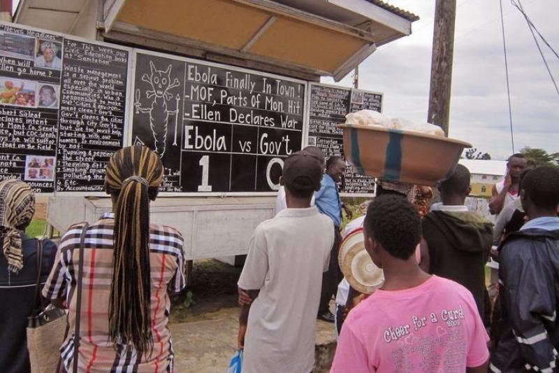 賴比瑞亞民間領袖評論伊波拉問題,民眾圍觀。(美聯社)