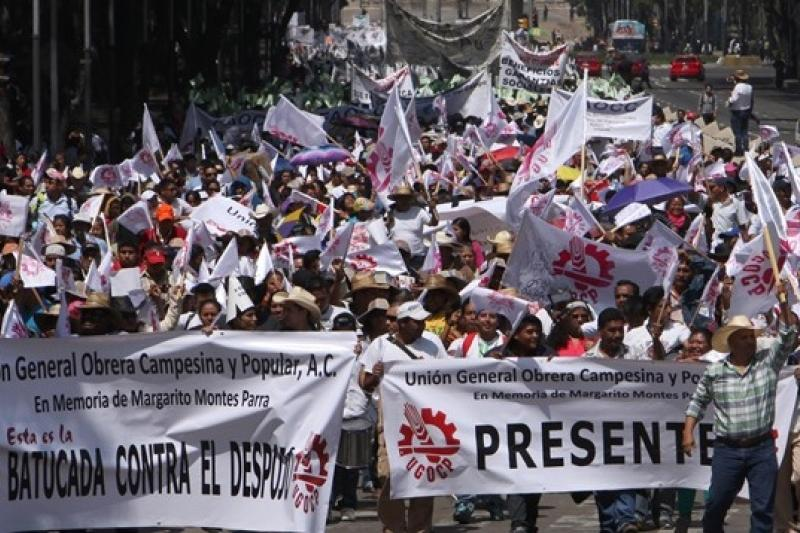 7月23日,墨國首都墨西哥城民眾因能源改革等多重議題上街遊行(美聯社)