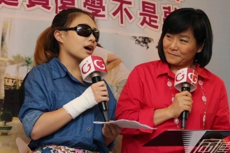 勵馨基金會為小媽媽上學請命,圖為小媽媽小彤(左)與紀惠容。(余志偉攝)