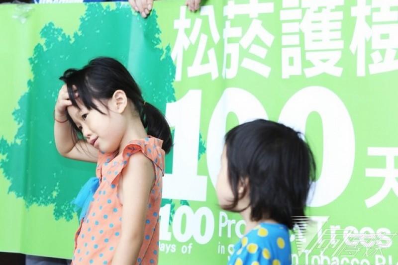 台北市政府今天針對大巨蛋移樹一事舉行協調會,但未達成任何共識,護樹團仍到台北市政府外抗議。(林詔安攝)