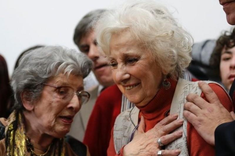36年前痛失愛女的迪卡洛朵,如今終於能夠和女兒的血脈、她的孫兒重逢。(美聯社)