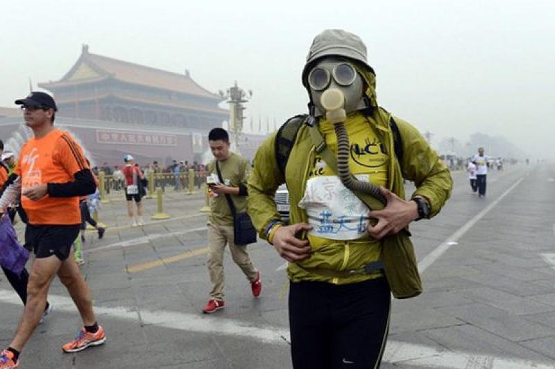 十月下旬北京一場馬拉松在嚴重空汙中進行。(取自騰訊大家網)