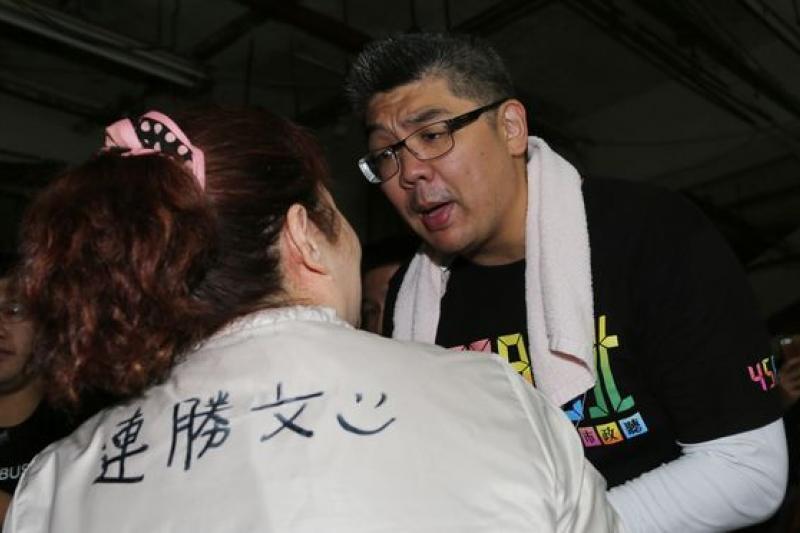 年輕的連勝文,在這次台北市長選舉中,卻未能跳脫舊的選舉思維,寄託藍綠基本為的結果反而不利其選情。(連勝文拜票/余志偉攝)