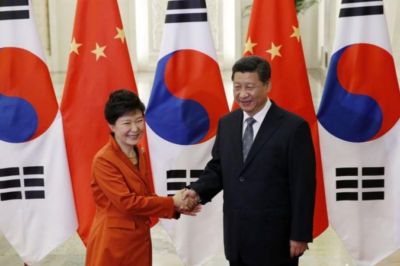 緊握雙手、宣布完成中韓FTA實質談判,台灣因此會受到多大的衝擊?(美聯社)