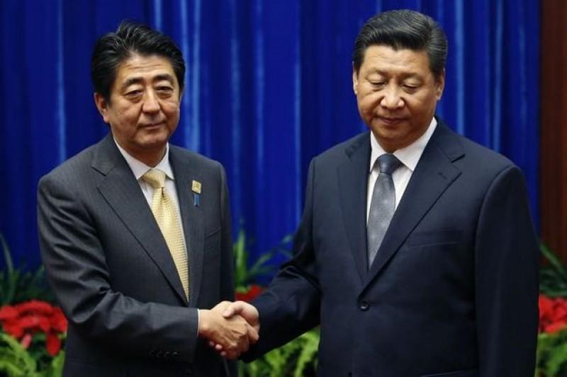 APEC峰會上,中國國家主席習近平(右)沒給日本首相安倍晉三(左)好臉色,讓這場會面的氣氛尷尬不已。(美聯社)