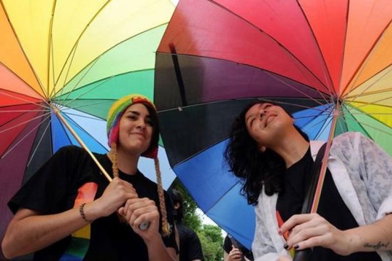 2014年9月27日,巴拉圭亞松森,一對戀人攜手參加同性戀遊行。(CFP供圖/騰訊大家網)