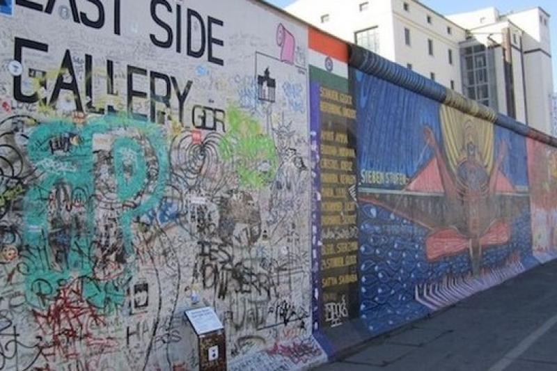 有形的高牆推倒之後,還有人心的高牆。(圖為柏林圍牆公園/取自網路)