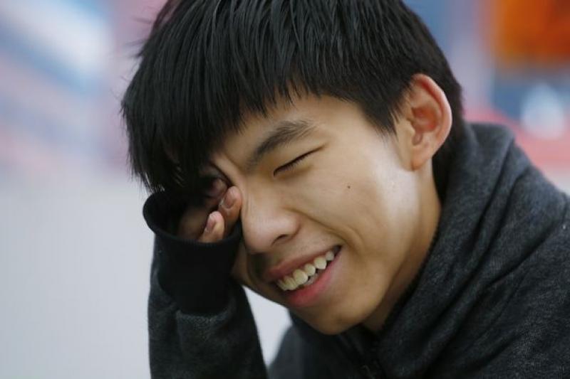決定絕食抗爭的黃之鋒坦言,「走投無路。」但他相信香港始終有奇蹟,他們是在黑暗的道路裡尋找光明。(美聯社)