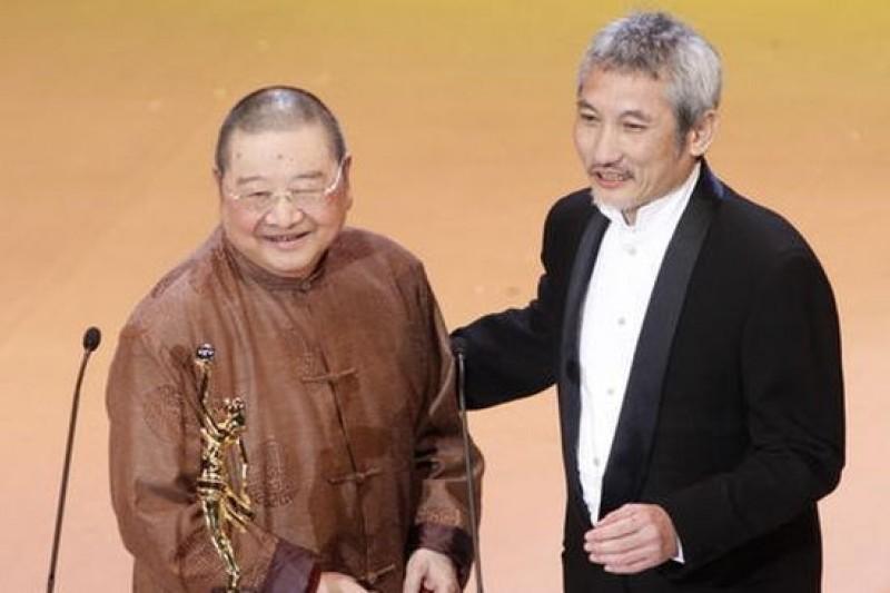 在大小電影串場演出無數,編寫劇本無數的倪匡,在77歲那一年終於拿下香港電影界的終身成就獎。(取自新浪網)