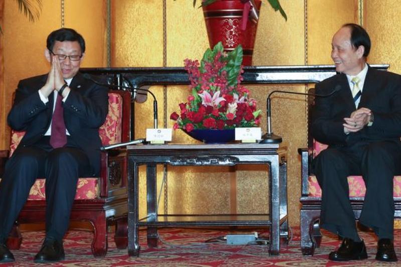 大陸海協會長陳德銘(左)在九合一選舉之後訪台。(余志偉攝)