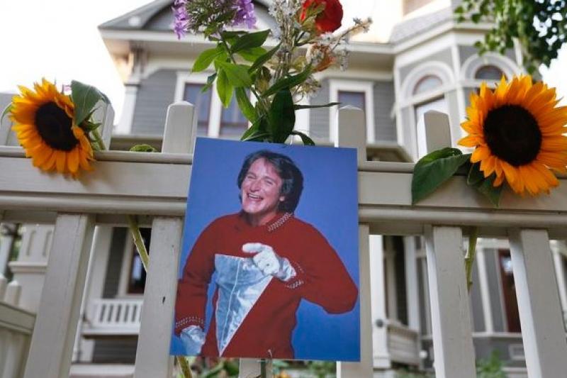 全美影迷悼念羅賓威廉斯,這是科羅拉多州布爾德市,他出道電視劇《莫克與明蒂》的拍攝現場。(美聯社)