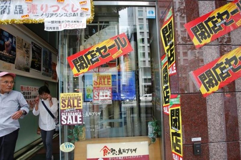 日本今年4月調高消費稅,影響民間消費意願,許多商家不支倒地。(美聯社)