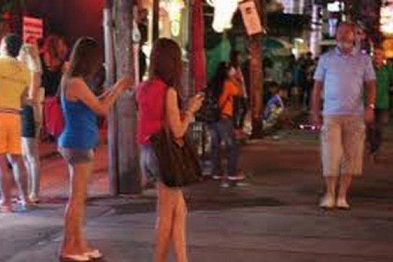 領務局14日列出外館急難救助事件,竟然還有民眾到紅燈區消費,自認被騙,要求外館協助討錢的求援電話。(圖為泰國紅燈區,取自網路)