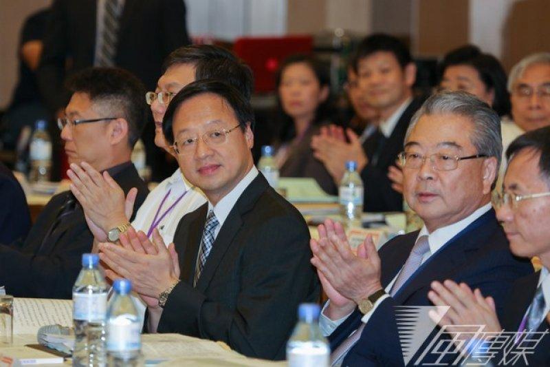 江宜樺出席全國工業領袖會議,工總理事長許勝雄(右二)提交產業白皮書。(余志偉攝)