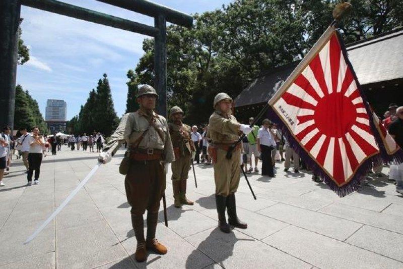 日本右翼人士15日穿上軍裝,在靖國神社舉行儀式。(美聯社)