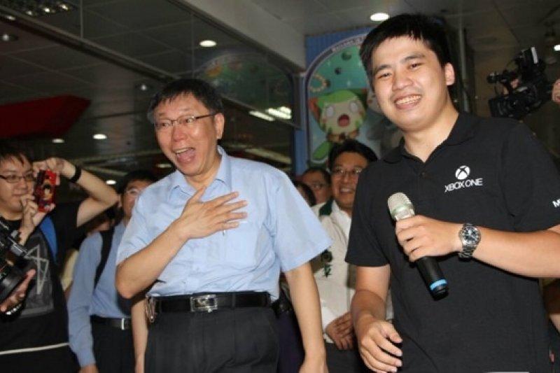 柯文哲15日下午赴台北地下街進行「城市小旅行」,還體驗體感舞蹈電玩。(葉信菉攝)