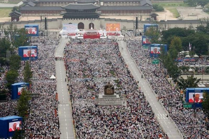 教宗主持宣福禮,首爾光化門廣場人山人海。(美聯社)