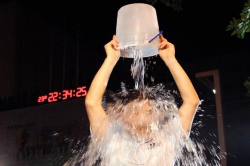 台北市長郝龍斌18日晚間10點34分,在台北市政府前廣場完成了為漸凍人募款的「冰桶潑水挑戰」公益活動。(羅暐智攝)