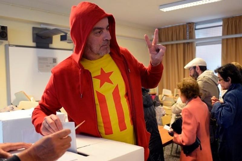 一名穿著「獨星旗」(Estelada)(支持獨立的加泰隆尼亞非官方旗幟)T恤的選民(美聯社)
