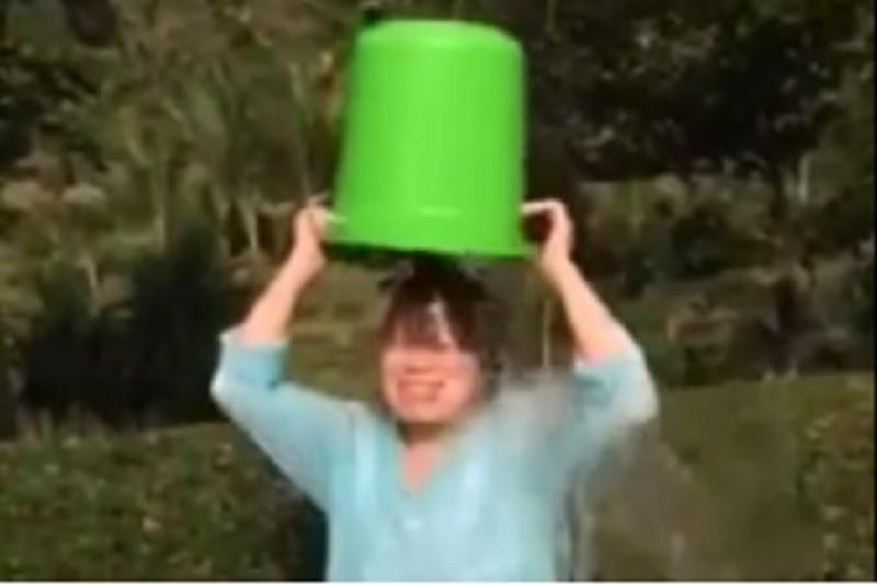 文化部長龍應台響應冰桶挑戰,並提醒支持和歡呼的人不要了關懷漸凍人的活動初衷。(取自youtube)