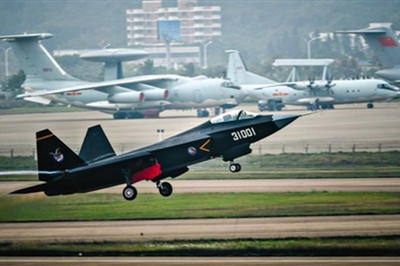 11日在中國珠海航空展首次公開亮相的殲-31。(取自微博)
