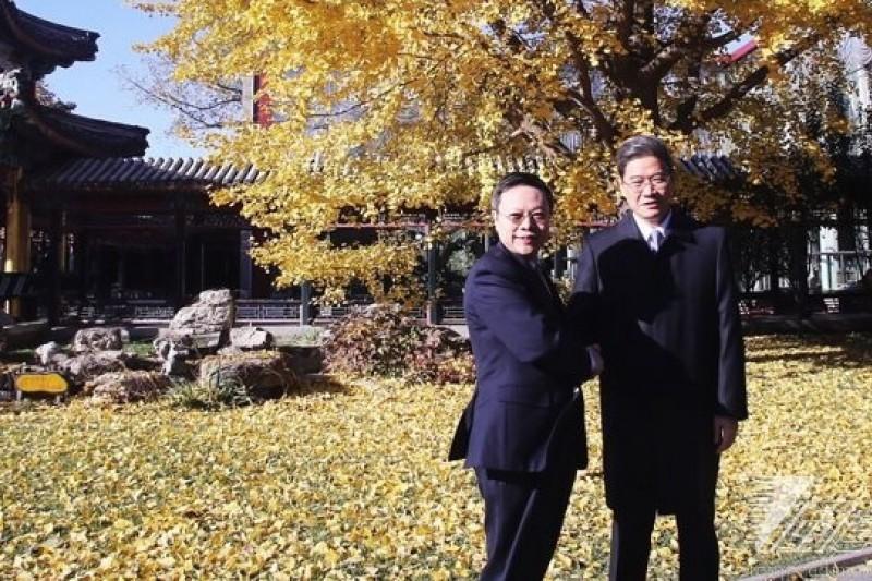 陸委會主委王郁琦(左)12日上午在北京與國台辦主任張志軍(右)舉行茶敘。(林韶安攝)