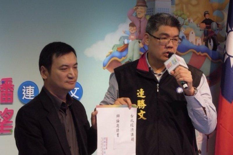 台北市長候選人連勝文13日向對手柯文哲下戰帖,希望和柯以1對1的方式,就台北經濟問題進行辯論。(羅暐智攝)