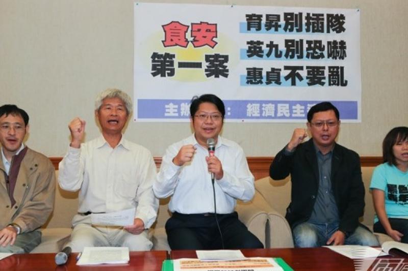 「經濟民主連合」召集人賴中強(左三)表示,馬政府自中韓FTA達成協議後,便不斷發動媒體攻勢,經濟部已拋出3種不同版本的產業衝擊,完全是在恐嚇人民。(余志偉攝)