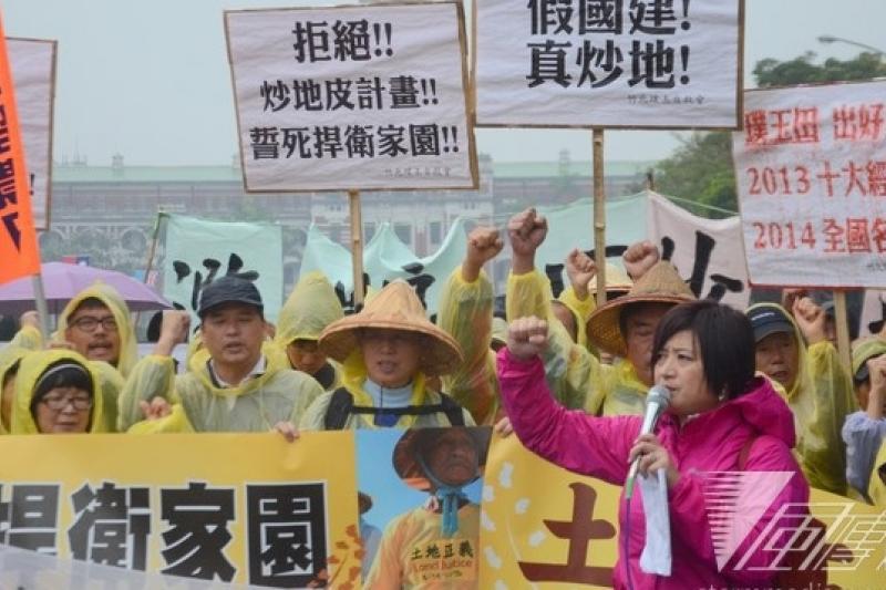 來自大埔、竹北、桃園、台南等全國各地的數十個反徵收自救會,13日上午冒雨齊聚總統府前抗議。(宋小海攝)