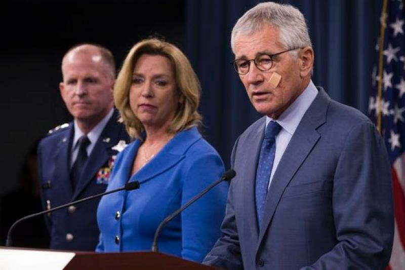 美國國防部長哈格爾(右)與空軍部長詹姆斯(中)14日在華府舉行記者會,宣布全面整頓核武部隊管理,並大幅增加經費。(美聯社)