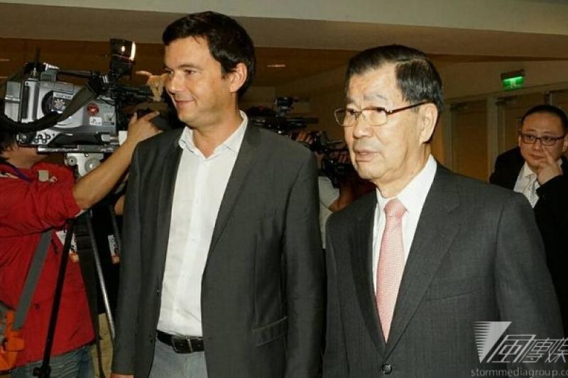 《21世紀資本論》作者皮凱提講座,前副總統蕭萬長陪同進場。(蘇仲泓攝)